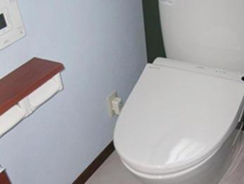 タイル貼りの寒いトイレから爽やかなブルーの壁紙に!