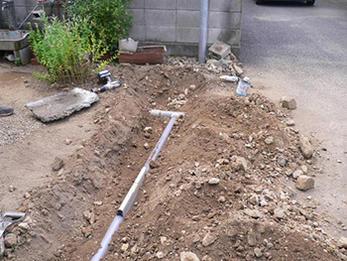 お庭の水たまりを解消!雨桶の配管を既設配管に接続
