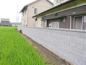 シンプルで丈夫なブロック壁で新築のような仕上がり