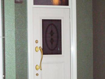 古くなった玄関の暗さを一新し明るく華やかな印象に