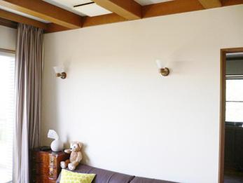 日焼けしてボロボロの壁紙…真っ白な壁紙で新築の輝きに