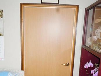 古くなった扉を明るい印象に!扉・カーテンBOXリフォーム